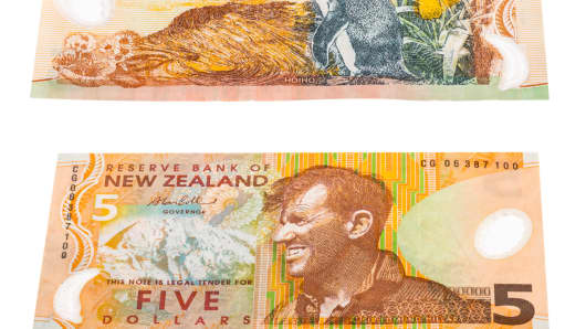 Close up image of five Dollar notes in New Zealand currency, front and back